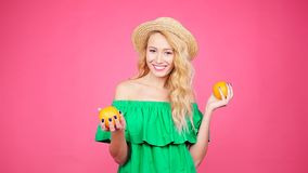 Giovane donna graziosa con le arance stock footage