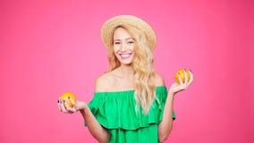 Giovane donna graziosa con le arance archivi video
