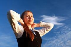 Giovane donna graziosa con le armi alzate Fotografia Stock