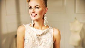 Giovane donna graziosa con un sorriso favoloso Fotografia Stock