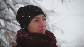 Giovane donna graziosa del ritratto nella neve di inverno stock footage