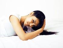 Giovane donna graziosa del tann a letto fra gli strati bianchi divertendosi, TR Fotografia Stock Libera da Diritti