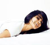 Giovane donna graziosa del tann a letto fra gli strati bianchi divertendosi, TR Immagini Stock Libere da Diritti