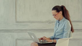 Giovane donna graziosa di affari con il taccuino in stock footage