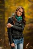 Giovane donna graziosa di stile del blog su una passeggiata in foresta sull'autunno tardo Immagine Stock Libera da Diritti