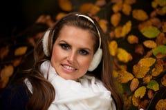 Giovane donna graziosa di stile del blog su una passeggiata in foresta sull'autunno tardo Fotografia Stock Libera da Diritti