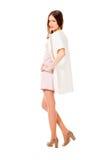 Giovane donna graziosa esile nella posa rosa del vestito Immagine Stock Libera da Diritti