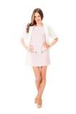 Giovane donna graziosa esile nella posa rosa del vestito Immagine Stock