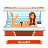 Giovane donna graziosa in letto d'abbronzatura Abbronzatura artificiale Immagine Stock