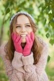 Giovane donna graziosa nella sosta di autunno. Fotografia Stock Libera da Diritti