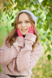 Giovane donna graziosa nella sosta di autunno. Fotografia Stock