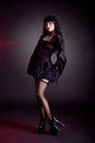 Giovane donna graziosa in outfi porpora e nero vittoriano di Halloween Fotografia Stock Libera da Diritti