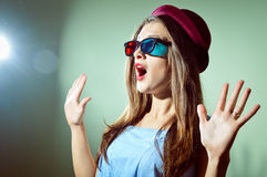 Giovane donna graziosa sorpresa in vetri 3d che sembrano stupiti Bella femmina romantica elegante Fotografie Stock Libere da Diritti