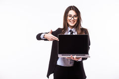 Giovane donna graziosa sorridente con il sorriso felice amichevole che tiene un computer portatile Immagine Stock