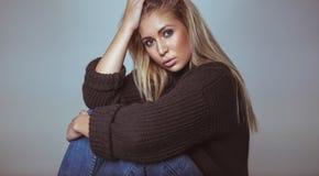 Giovane donna graziosa in studio Fotografia Stock Libera da Diritti