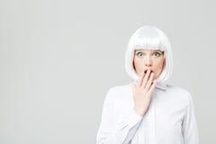Giovane donna graziosa stupita con capelli biondi fotografia stock libera da diritti
