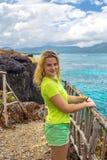 Giovane donna graziosa su fondo del mare dall'alta scogliera Fotografia Stock Libera da Diritti