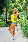 Giovane donna graziosa in un giardino tropicale - ritratto integrale Fotografia Stock Libera da Diritti