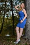 Giovane donna graziosa in vestito blu Fotografia Stock
