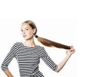 Giovane donna graziosa in vestito elegante dalla striscia isolato su bianco Fotografia Stock