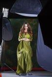 Giovane donna graziosa in vestito indiano verde fotografia stock