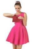 Giovane donna graziosa in vestito rosa che tagliato cuore Fotografia Stock