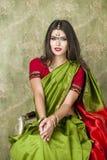Giovane donna graziosa in vestito verde indiano Fotografia Stock