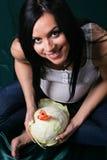 Giovane donna incinta con cavolo Immagine Stock