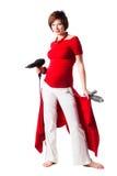 Giovane donna incinta con gli strumenti dei capelli sopra bianco Fotografia Stock