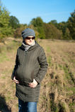 Giovane donna incinta esterna in autunno fotografia stock
