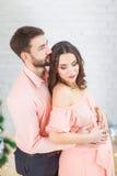 Giovane donna incinta felice ed il suo marito fotografia stock