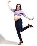 Giovane donna incinta felice in perno su stile immagini stock