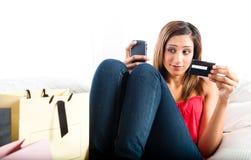 Giovane donna indiana asiatica attraente che compera online Fotografia Stock