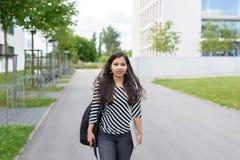 Giovane donna indiana che cammina verso la macchina fotografica Fotografia Stock Libera da Diritti