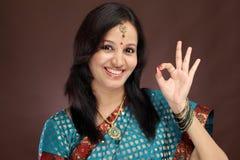 Giovane donna indiana che fa segno GIUSTO Immagini Stock