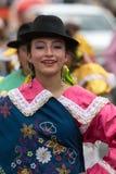Giovane donna indigena in vestito tradizionale nell'Ecuador Fotografia Stock