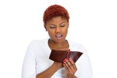 Giovane donna infelice che mostra portafoglio vuoto Immagini Stock Libere da Diritti
