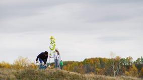 Giovane donna, insieme a sua figlia, pianta un albero video d archivio