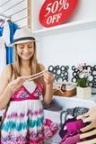 Giovane donna intelligente che sceglie una collana fotografie stock libere da diritti