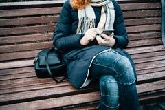 Giovane donna irriconoscibile che porta cappotto caldo fotografie stock libere da diritti