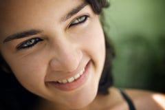 Giovane donna ispanica allegra che esamina macchina fotografica e sorridere Immagine Stock