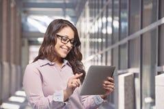 Donna che per mezzo del computer della compressa Immagini Stock Libere da Diritti