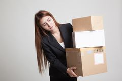 Giovane donna lavoratrice asiatica con 3 scatole di spedizione pesanti Immagine Stock Libera da Diritti