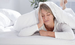 Giovane donna a letto di mattina, non abbastanza sonno Immagini Stock Libere da Diritti