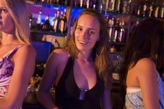 Giovane donna in locale notturno Fotografia Stock Libera da Diritti