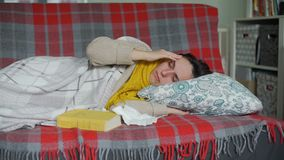 Giovane donna malata che si trova sul letto archivi video