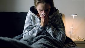 Giovane donna malata con febbre che starnutisce video d archivio