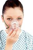 Giovane donna malata con una maschera di ossigeno Immagini Stock