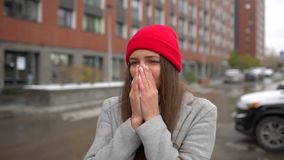 Giovane donna malata femminile, naso di salto della ragazza al tovagliolo di carta all'esterno della via, sanità, influenza, la g video d archivio