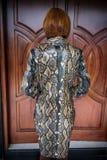 Giovane donna, mantello di lusso del capo del pitone dello snakeskin di modo Cappotto fatto a mano dello snakeskin immagini stock